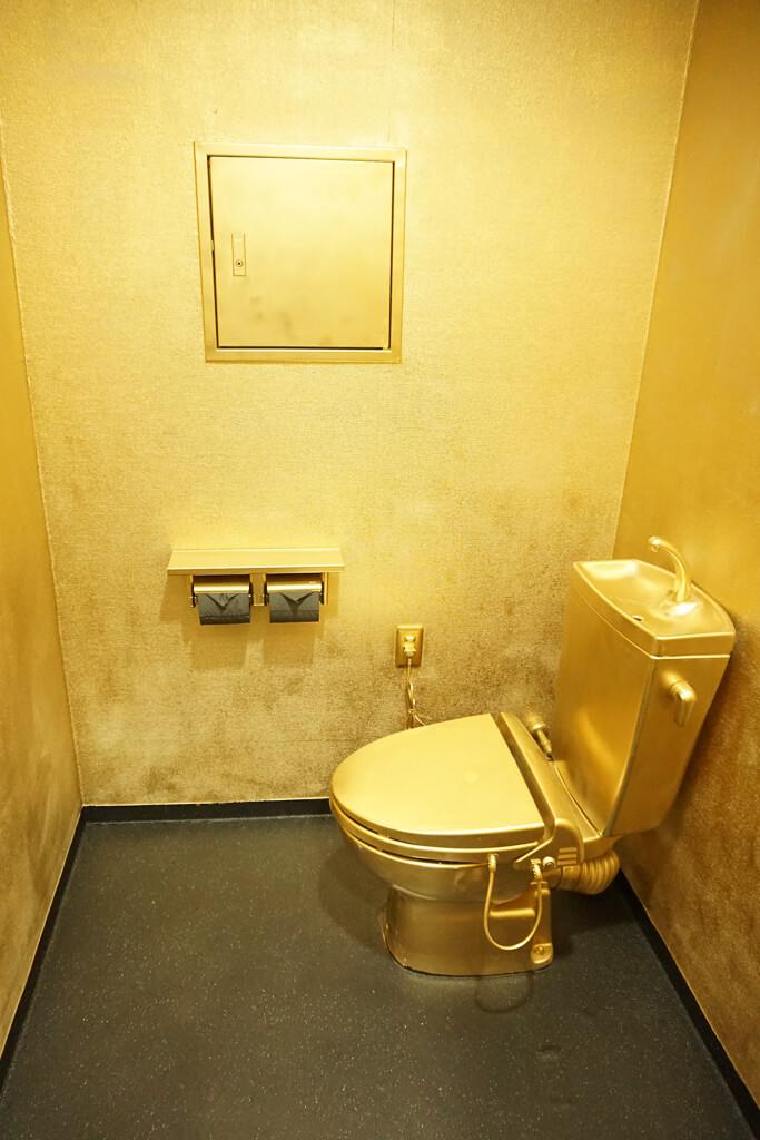 金のトイレ1