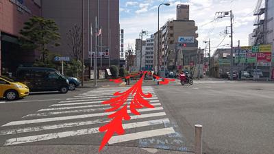 大通りに出ます。目の前に日航ホテルさんが見えたらあと少しです。信号を渡って直進します。